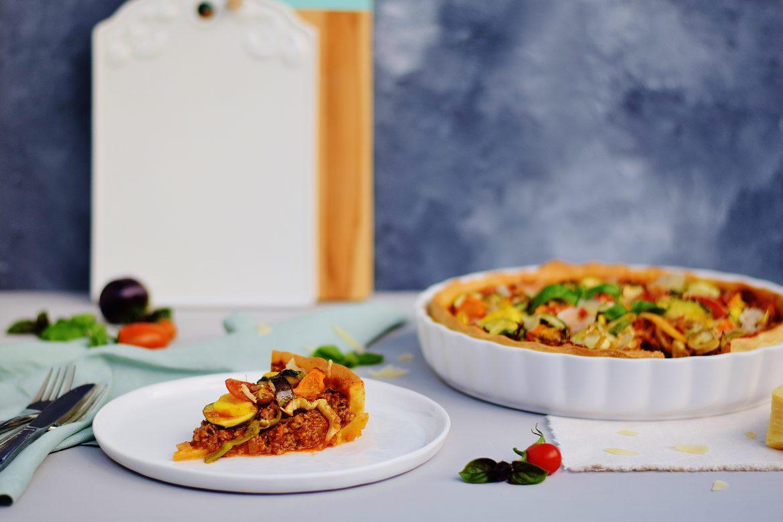 Quiche á la Bolognese mit frischem Gemüse und butterfreiem Dinkel-Mürbteig