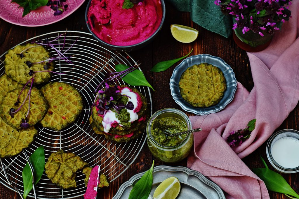 Bärlauchwaffeln - grüne Waffeln mit Hummus - vegan
