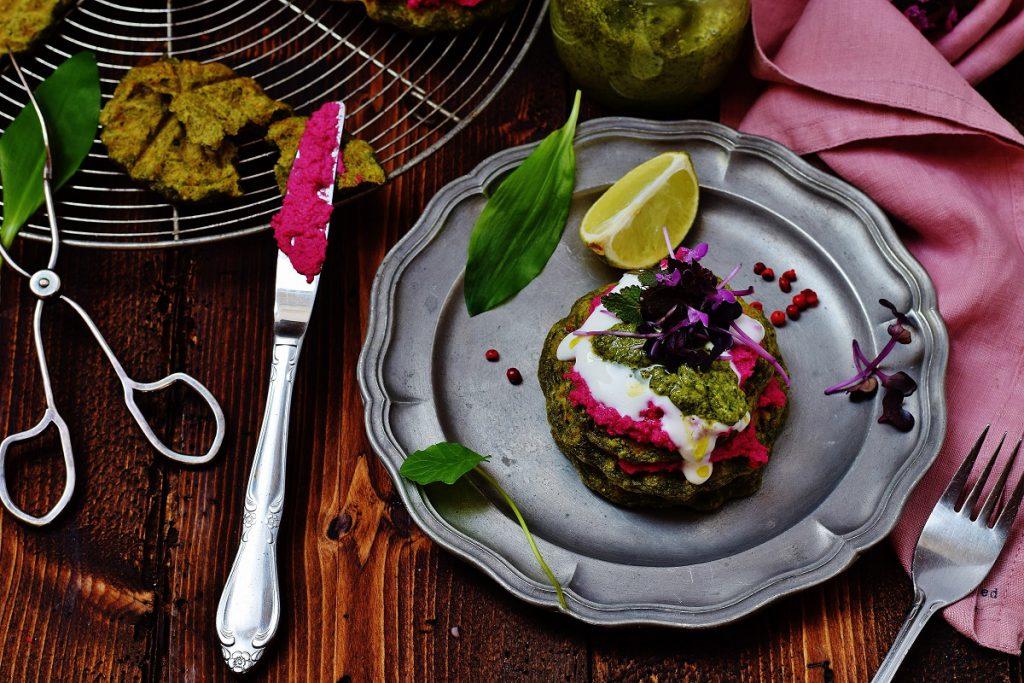 Bärlauchwaffeln mit Pesto und Hummus - vegan und gesund