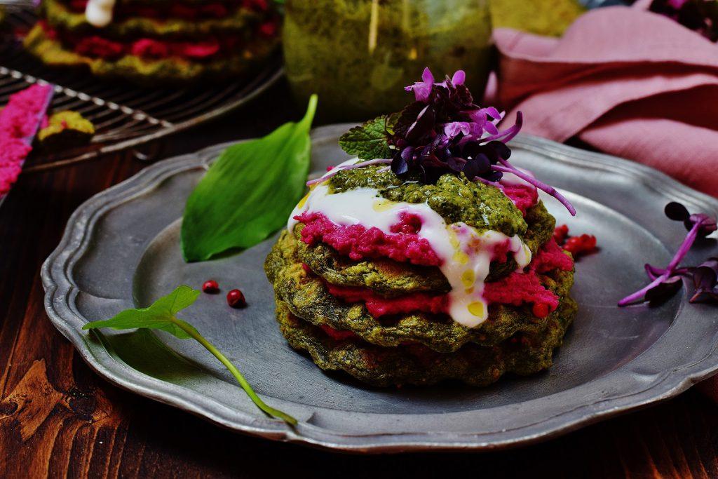 Bärlauchwaffeln mit Pesto und Hummus mit Roter Rübe