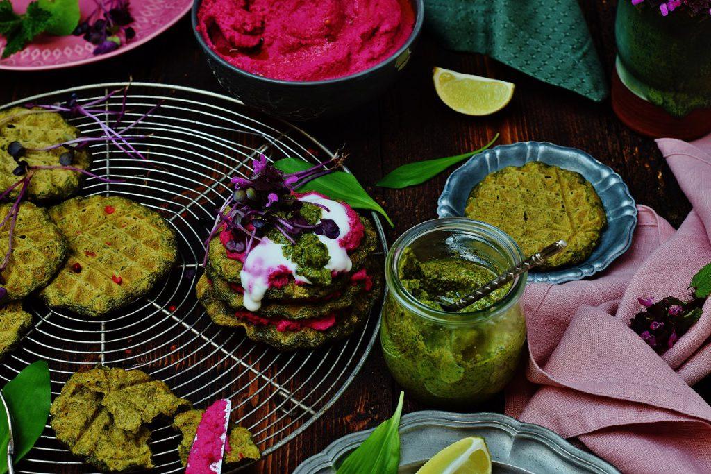 Bärlauchwaffeln mit Wildkräuter-Pesto und Rote Bete-Hummus