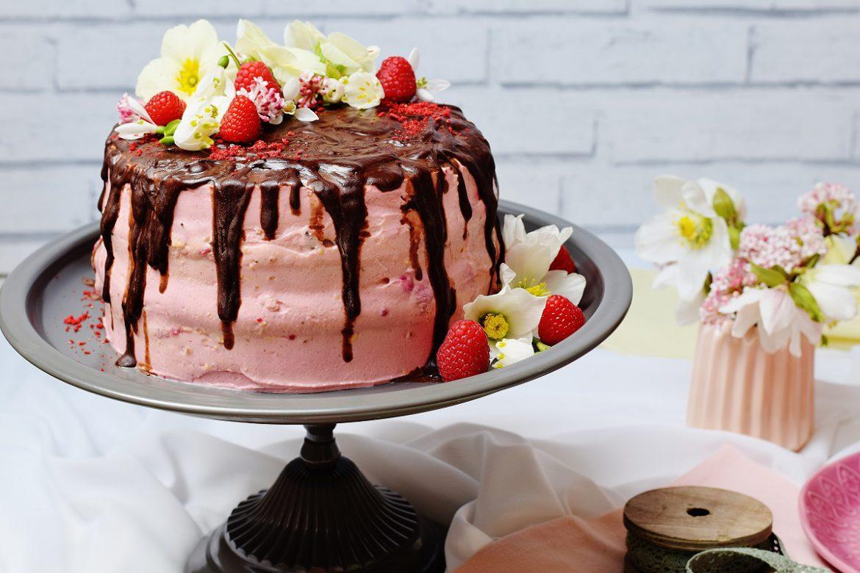 freie stücke gesunde Geburtstagstorte mit Beeren und Vanille