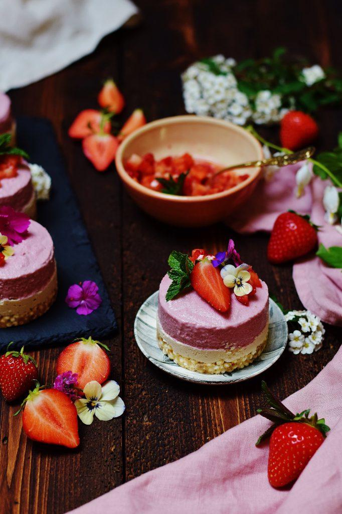 Rohe Erdbeer-Eiscreme-Törtchen (zuckerfrei)