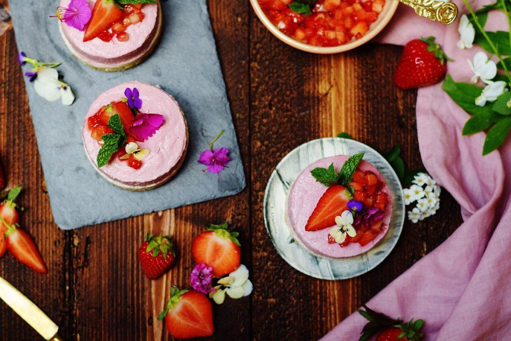 Rohe Kokos-Erdbeer-Eiscreme-Törtchen - vegan und zuckerfrei