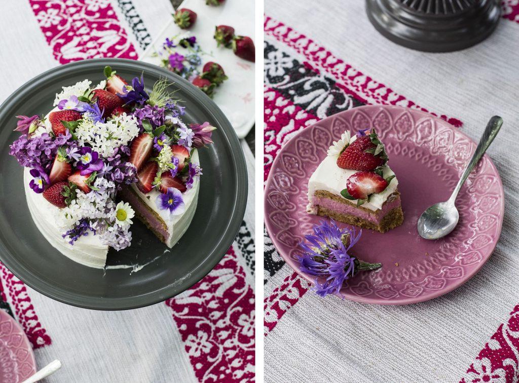 Stück einer Erdbeer-Torte mit Blüten