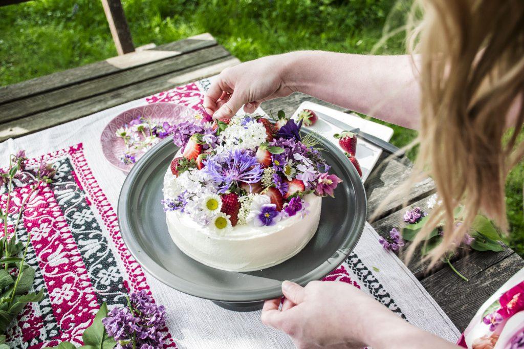 Erdbeer-Torte mit Blumendekoration